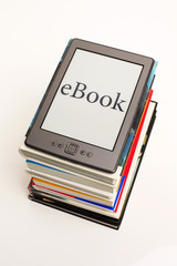 eBook auf Bücherstapel