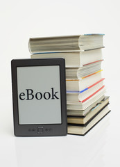 eBook vor Bücherstapel 3