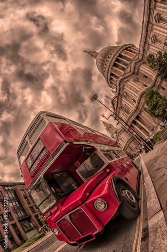 In de dag Londen rode bus Red bus and St Paul's Cathedral, London, UK