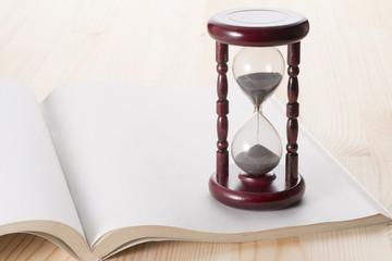開いた本と砂時計
