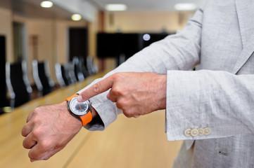 Primo piano di un uomo d'affari che mostra l'orologio