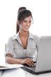 Lachende junge Frau am Schreibtisch - Angestellte isoliert