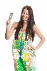 Brünette Frau hält Malerpinsel