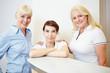 Zahnärztin mit Arzthelferin und ZFA