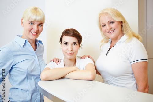 Zahnärztin mit Arzthelferin und ZFA - 55657835