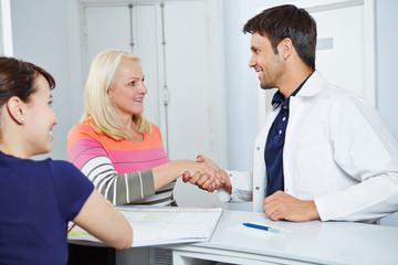 Arzt verabschiedet Patientin mit Handschlag