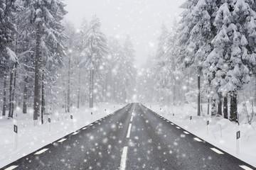 Straße bei Schneefall