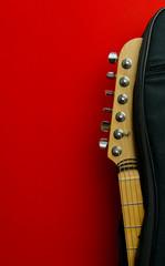 Gitara na tle czerwonej ściany © Clamo Clamare