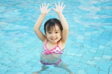 プールで遊ぶ女の子