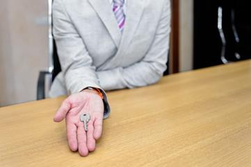Uomo d'affari con una chiave