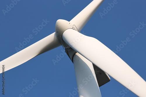 Windrad vor blauem Himmel - 55684434
