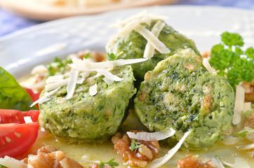 Südtiroler Spinatknödel mit Butter, Walnüssen und Parmesan
