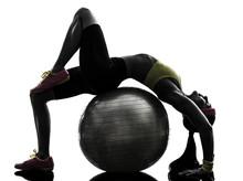 femme souple exercice ballon de fitness entraînement silhouette