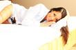 junge Frau liegt im Bett
