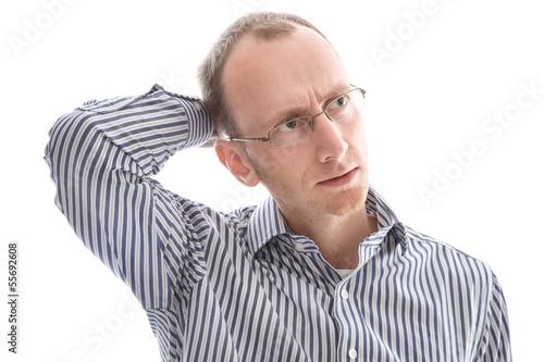 Gesicht nachdenklicher Mann mit Glatze im Hemd isoliert