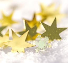 Frohe Weihnachten: Goldene Sterne im Schnee
