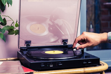 Hand starting turntable