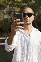 giovane ragazzo fa foto con smartphone