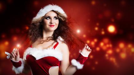 attraktive brünette Weihnachtsfrau