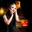 Vampirin vor Halloweenhintergrund