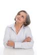 Zufriedene ältere Dame lachend und isoliert mit grauen Haaren