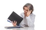 Gestresste ältere Frau bei der Arbeit im Büro isoliert