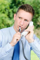 mitarbeiter überlegt am telefon
