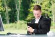 junger mann mit tabelt computer