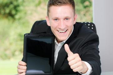 mann mit touchpad zeigt daumen hoch