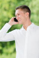 businessmann telefoniert mit smartphone