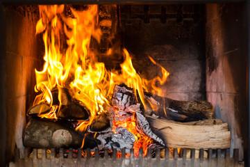 Kamin mit Flammen und Feuer