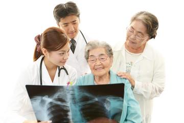 笑顔の高齢者と医師