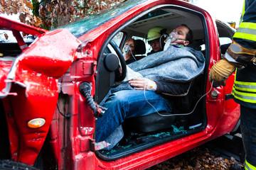 Autounfall - Verunglückte in einem Autowrack
