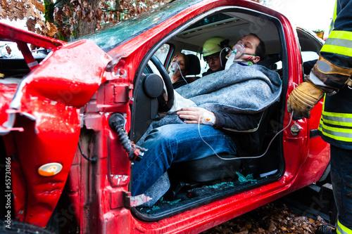 Autounfall - Verunglückte in einem Autowrack - 55730866