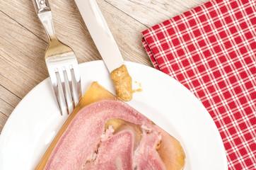 Rinderzunge auf einem Teller mit Senf