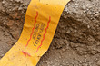 Breites gelbes Warnband - Achtung 110 KV Kabel