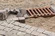 Pflasterarbeiten mit gehauenen Steinen aus Naturstein