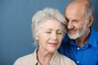 älteres ehepaar mit geschlossenen augen