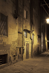 Ancient alleyway in Pisa (Tuscany, Italy) at night