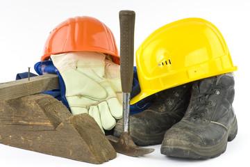 Ein Lattenhammer und die Arbeitsschutzbekleidung eines Bauarbeit