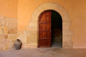 Puerta de Madera y Cántaro de Latón. España