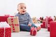 Wunschkind - Baby mit Geschenken an Weihnachten