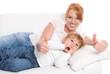 Mutterglück; Mutter und Tochter mit Daumen hoch