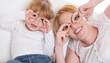 Mutter und Tochter mit Brille - haben gemeinsam Spaß