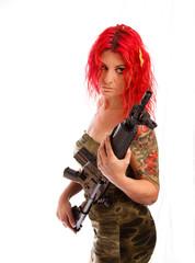 Rothaarig Sexy Frau mit Uniform und Gewehr