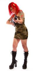 Rothaarige Frau mit Sexy Uniform und Gewehr