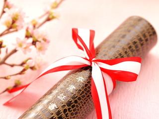 卒業証書と桜の花