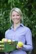 Lächelnde Frau mit Äpfel