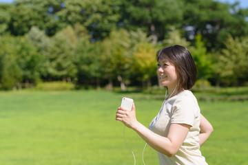 音楽を聴きながらウォーキングする女性