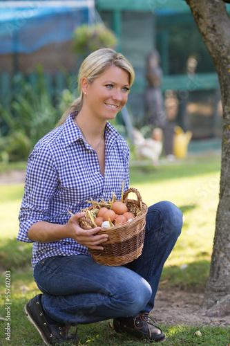 Hübsche frau mit korb eier